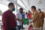 Gubernur Sulteng-BPJamsostek  serahkan 350 paket sembako kepada pekerja