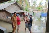 Karang Taruna bantu sembako kepada warga yang rumahnya terendam air