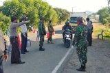 Polsek dan Koramil Seteluk perketat jalan masuk ke Sumbawa Barat, sejumlah kendaraan diarahkan putar balik