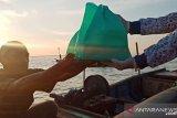 Korcab VI DJA II bagi Sembako kepada nelayan di tengah laut