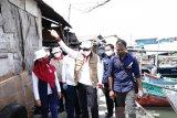 Sandiaga Uno bagikan sembako ke penarik becak Bandung