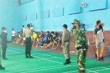 Tim gabungan bubarkan kerumunan warga saat main badminton