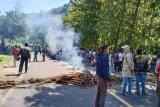 Ratusan petani blokir jalan tuntut kenaikan harga jagung, Bupati Dompu temui para petani