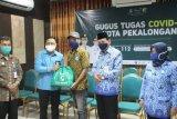 Jamsostek-Pemkot Pekalongan bagikan paket sembako untuk koban PHK