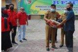 300 penjaga sekolah SD-SMP Pekanbaru terima bantuan sembako dari Disdik