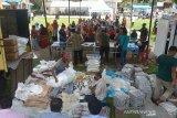 Warga antri membeli paket sembako murah yang digelar pemerintah Aceh Besar bekerjasama dengan Perom Bulog di desa Blang Bintang, Kabupaten Aceh Besar, Rabu (6/5/2020). Pasar murah kerjasama BUMN dengan Pemerintah Aceh Besar yang digelar bulan ramadhan di sejumlah titik daerah itu untuk membantu kebutuhan pangan masyarakat yang ekonominya terdampak COVID-19 memberikan harga murah dengan subsidi antara Rp250 hingga Rp2.000 menurut jenis kebutuhan pokok. Antara Aceh/Ampelsa.