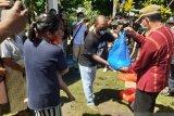 Ribuan warga dapat sembako dari Pemda Manggarai