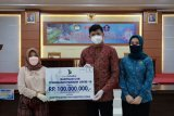 Bank Sulselbar Gowa serahkan bantuan Rp100 juta untuk penanganan COVID-19