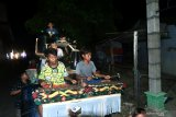 Sejumlah anak memainkan musik perkusi khas Madura di Kelurahan Gladak Anyar, Pamekasan, Jawa Timur, Rabu (6/5/2020). Kegiatan yang dilakukan berkeliling kampung ditengah Pandemi COVID-19 itu, untuk membangunkan warga guna makan sahur. Antara Jatim/Saiful Bahri/zk