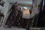 Desainer rancang busana muslim senada masker