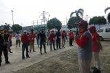 Bupati Loekman lepas tim gugus tugas lakukan penyemprotan cairan disifektan di Kelurahan BandarJaya