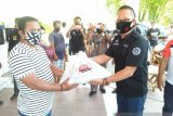 Bank SulutGo Tahuna serahkan  bantuan 250 paket pangan kepada masyarakat