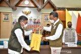 Gubernur Sulsel salurkan APD dan bantuan pangan bagi Pemkot Parepare
