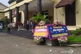 Karangan bunga hiasi Markas Polrestabes Bandung usai penangkapan Ferdian
