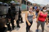 Warga bentrok dengan polisi di Honduras usai menolak pemakaman COVID-19