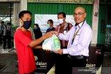 Pegadaian Syariah Kalteng-Sel serahkan bantuan sembako kepada masyarakat