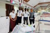 Pengiriman APD ke Sumba dan Flores gunakan pesawat carter