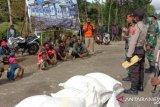 TNI-Polri di Tolikara kawal penyaluran bantuan sosial