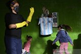 Maradona tanda tangani jersey untuk bantu masyarakat Buenos Aires