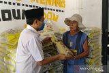 Mufti Salim bagikan bantuan 2,3 ton beras buat warga Kota Metro