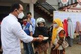 Bupati Solok serahkan bantuan beras bagi warga terdampak COVID-19