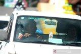 Pengendara mobil melintas tanpa menggunakan masker di jalan Veteran Banjarmasin, Kalimantan Selatan, Minggu (10/5/2020). Meskipun Kota Banjarmasin telah melanjutkan Pembatasan Sosial Berskala Besar (PSBB) tahap kedua masih banyak warga yang mengabaikan aturan berkendara seperti tidak menggunakan masker. Foto Antaranews Kalsel/Bayu Pratama S.