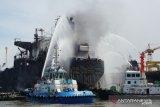 Damkar kerahkan belasan mobil padamkan kapal tanker terbakar di Pelabuhan Belawan Medan