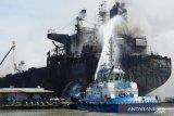 Puluhan pekerja di kapal tanker terbakar belum diketahui nasibnya