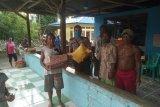 Polisi dampingi Tim COVID-19 bagi sembako warga di Sentani Barat