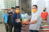 Wakil Ketua DPRD Sulbar serahkan bahan pokok pada warga terdampak COVID-19