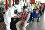 Tim Percepatan Penanganan COVID-19 periksa para pekerja di Bandara Wamena