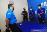Kepala Seksi Penyidikan Bidang Pemberantasan BNN Provinsi Kalbar Stevanny Valentino (kiri) berbicara dengan dua dari tiga kurir sabu lintas Kalimantan usai rilis ungkap kasus di Kantor BNNP Kalbar di Pontianak, Kalimantan Barat, Senin (11/5/2020). BNNP Kalbar membekuk tiga kurir narkoba berinisial Mus (27), DI (43) dan PH (35) yang sedang bertransaksi membeli satu kilogram sabu serta lima butir ekstasi di Desa Jawa Tengah, Kabupaten Kubu Raya, Kalbar yang selanjutnya akan diantarkan melalui jalan darat ke pemesannya berinisial A (DPO) di Palangka Raya, Kalimantan Tengah. ANTARA FOTO/Jessica Helena Wuysang