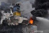 Belawan Medan, Sumatera Utara, Senin (11/5/2020). Penyebab terbakarnya kapal tanker MT JAG LEELA yang sedang dalam perawatan atau 'docking' di galangan kapal milik PT Waruna Nusa Sentana Shipyard tersebut belum diketahui dan masih diselidiki.