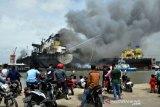 Dua kapal tunda milik Pelindo 1 memadamkan api di kapal MT JAG LEELA di Pelabuhan Belawan Medan, Sumatera Utara, Senin (11/5/2020). Penyebab terbakarnya kapal tanker MT JAG LEELA yang sedang dalam perawatan atau 'docking' di galangan kapal milik PT Waruna Nusa Sentana Shipyard tersebut belum diketahui dan masih diselidiki.