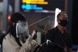 Penumpang Pesawat Udara Gunakan Alat Pelindung Wajah