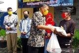 SMA PGRI Temanggung dan alumninya bagikan paket sembako pada warga terdampak COVID-19