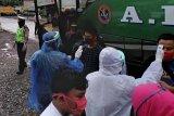 Petugas siaga di Betung-Banyuasin awasi kedatangan bus luar kota, penumpang diminta turun untuk periksa suhu tubuh