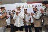BANTUAN SATGAS BENCANA BUMN SUMUT PEDULI COVID-19. Gubernur Sumut Edy Rahmayadi (tengah) menyampaikan terima kasih kepada tim Satgas Bencana BUMN Sumut peduli penanganan COVID-19 saat memberikan bantuan di Medan, Sumatera Utara, Selasa (12/5/2020). Satgas Bencana BUMN Sumut menyerahkan bantuan tahap pertama berupa alat pelindung diri (APD), sarung tangan, hand sanitizer, multi vitamin, masker medis, washtafel portable dan alat pengukur suhu badan yang bertujuan untuk percepatan penanganan COVID-19 Sumut dalam membantu masyarakat di tengah pandemi COVID-19. (ANTARA FOTO/SEPTIANDA PERDANA)