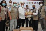 BANTUAN SATGAS BENCANA BUMN SUMUT PEDULI COVID-19. Gubernur Sumut Edy Rahmayadi (tengah) secara simbolis menerima bantuan dari Juru bicara tim Satgas Bencana BUMN Sumut Besly Silaen (kanan kedua) peduli penanganan COVID-19 di Medan, Sumatera Utara, Selasa (12/5/2020). Satgas Bencana BUMN Sumut menyerahkan bantuan tahap pertama berupa alat pelindung diri (APD), sarung tangan, hand sanitizer, multi vitamin, masker medis, washtafel portable dan alat pengukur suhu badan yang bertujuan untuk percepatan penanganan COVID-19 Sumut dalam membantu masyarakat di tengah pandemi COVID-19. (ANTARA FOTO/SEPTIANDA PERDANA)