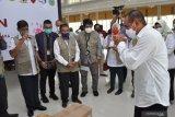 BANTUAN SATGAS BENCANA BUMN SUMUT PEDULI COVID-19. Gubernur Sumut Edy Rahmayadi (kanan) menyampaikan terima kasih kepada tim Satgas Bencana BUMN Sumut peduli penanganan COVID-19 saat memberikan bantuan di Medan, Sumatera Utara, Selasa (12/5/2020). Satgas Bencana BUMN Sumut menyerahkan bantuan tahap pertama berupa alat pelindung diri (APD), sarung tangan, hand sanitizer, multi vitamin, masker medis, washtafel portable dan alat pengukur suhu badan yang bertujuan untuk percepatan penanganan COVID-19 Sumut dalam membantu masyarakat di tengah pandemi COVID-19. (ANTARA FOTO/SEPTIANDA PERDANA)