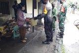 Kodim Sleman bagikan perangkat cuci tangan di kampung seputar swalayan Indogrosir
