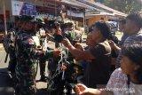 Kodim 1301/Sangihe membagi masker dan hand sanitizer di pasar Siau