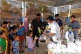 Relawan bagi-bagikan paket mainan anak terdampak COVID-19