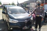 Nekad terobos  Posko Pantauan COVID-19 di perbatasan Padang-Pessel , minibus dikandangkan sopir disuruh pulang