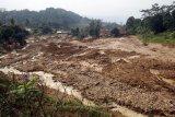Kondisi lokasi tanah longsor dan banjir bandang di Kampung Suruluk, Desa Wangunjaya, Leuwisadeng, Kabupaten Bogor, Jawa Barat, Rabu (13/5/2020). BPBD Kabupaten Bogor menyatakan peristiwa banjir bandang disertai longsor tersebut akibat hujan deras yang terjadi pada malam hingga pagi hari sehingga mengakibatkan 14 rumah rusak  dan satu orang meninggal dunia. ANTARA FOTO/Yulius Satria Wijaya/nym.