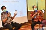 CEO Bank Mandiri Jawa Timur I Gede Raka Arimbawa (kiri) bersama Regional Operation Head Bank Mandiri Region VIII, Abdul Rasyid menunjukkan Mandiri Online pada smartphonenya ketika memberikan keterangan kepada wartawan di Gedung Bank Mandiri Tunjungan, Surabaya, Jawa Timur, Rabu (13/05/2020). Untuk mengantisipasi kebutuhan uang tunai masyarakat Jawa Timur, Bank Mandiri Region VIII / Jawa 3 (Jawa Timur) menyiapkan uang tunai sebesar Rp.4,4 triliun. Antara Jatim/Zabur Karuru