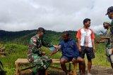 Prajurit TNI berikan layanan kesehatan warga kampung Abmisibil Pegunungan Bintang