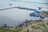 Sejumlah kapal nelayan berlabuh dalam kolam Pelabuhan Perikanan Samudera (PPS) Kuataradja, Desa Lampulo, Banda Aceh, Kamis (14/5/2020). Sejak sepekan terakhir, sebagian besar kapal nelayan di daerah itu tidak melaut sehubungan cuaca buruk disertai angin kencang dan gelombang tinggi. Antara Aceh/Ampelsa.