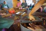Pekerja memproduksi jajanan tradisional