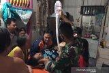 Prajurit RI-Malaysia evakuasi ibu hamil